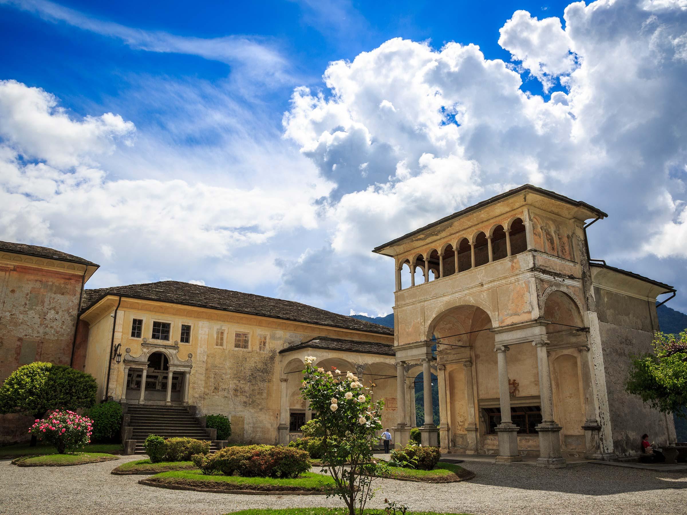 Sacro Monte di Varallo piazza tribunali